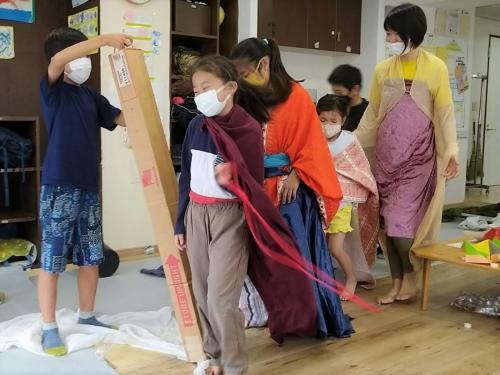 雨の日に突然始まった劇!仮装して、出演者パレード♡