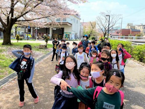 桜の下で集合写真!