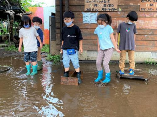 大雨でできた湖。「長靴あってよかった^^」と入る人たち