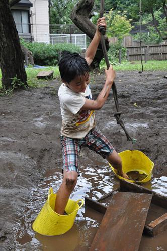 泥の池のバケツ渡り。おっとっとっと。