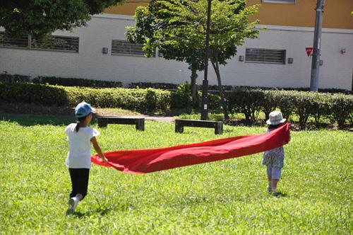 さあ、今日はどこに敷く?布をもって公園へ。